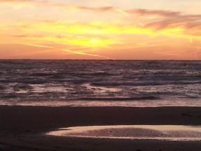 Strand og hav i soldedgang